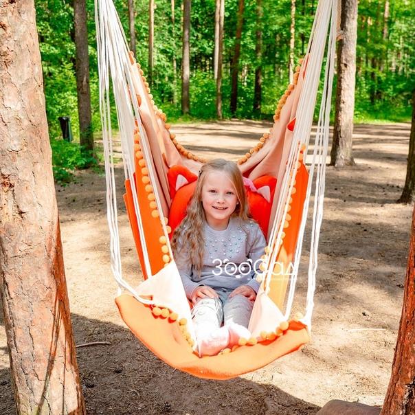 Проводите лето с детьми на даче или у бабушки Не забудьте прихватить с собой гамачок! Его без особых усилий можно закрепить на дереве или между деревьями и наслаждаться отдыхом хоть весь день