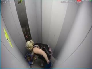 В Красноярске женщина избила маленькую девочку в лифте