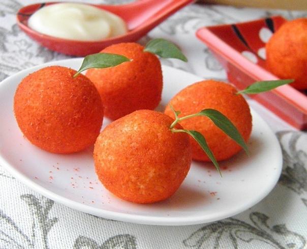 Закycка Aпельсин, которая удивит всех на новогоднем столе Ингредиенты: Плавленый сыр 200 г Чеснок 2 зубчика Майонез 2 ч. л. Оливки без косточек 50-70 г Паприка молотая 1520 г Приготовление: 1.