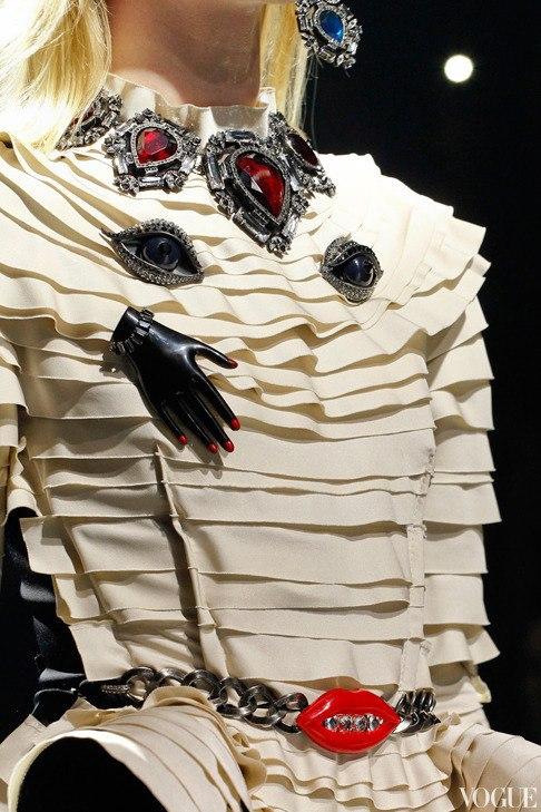 #детали_моды: идеи с показов с крупными украшениями.