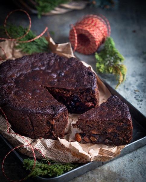 Рождественский фруктовый кекс Просто пальчики оближешь! Ингредиенты:Чернослив, мелко нарезать 350 гИзюм (два вида) 400 гТёмный ром 100 млСливочное масло 200 гТёмный сахар Мусковадо 200 гМёд 200