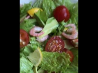 Сегодня оригинальный салат с авокадо и креветками