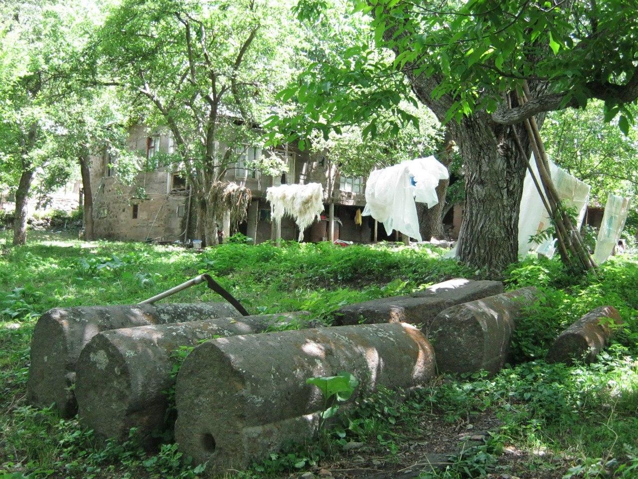 На окраине села Егегис древние могилы
