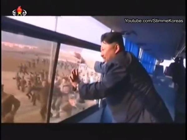 Люди бегут за автобусом Ким Чен Ина - массовое поклонение в Северной Корее