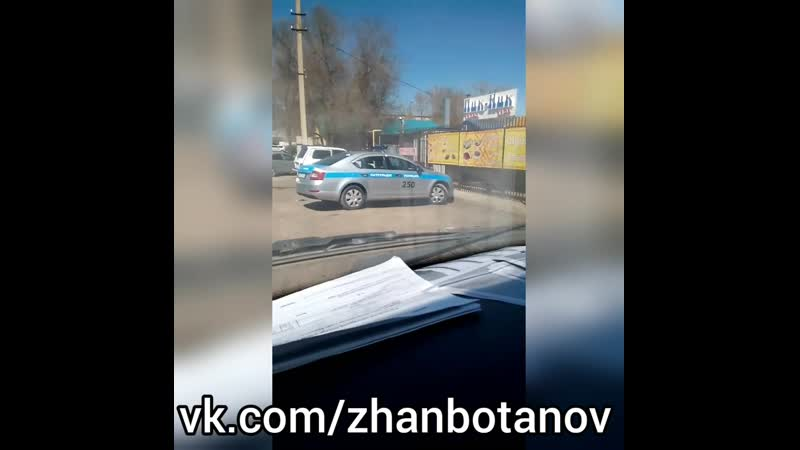 Полицейский из Уральска прогуливают работу в кафе 18 апреля 2019 год