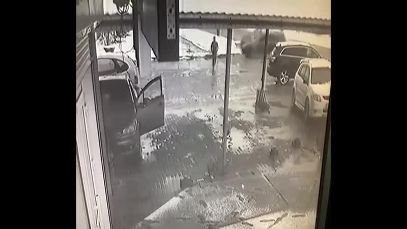 Автомобиль едва не убил бегуна