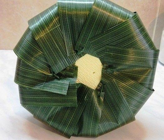 Колокольчик из конфет Чтобы сделать колокольчик из конфет в домашних условиях вовсе необязательно иметь выдающиеся творческие способности и многолетний опыт. С помощью пошаговых фото этот
