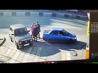 Ростовчанин в одиночку раскидал на заправке двух напавших на него мужчин  Ростов-на-Дону Главный