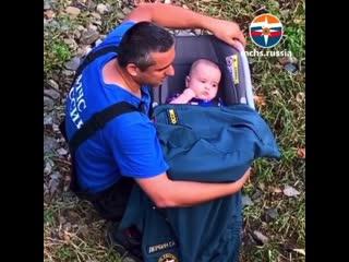 Спасатель МЧС России дружелюбно и мило общается со спасенным ребенком