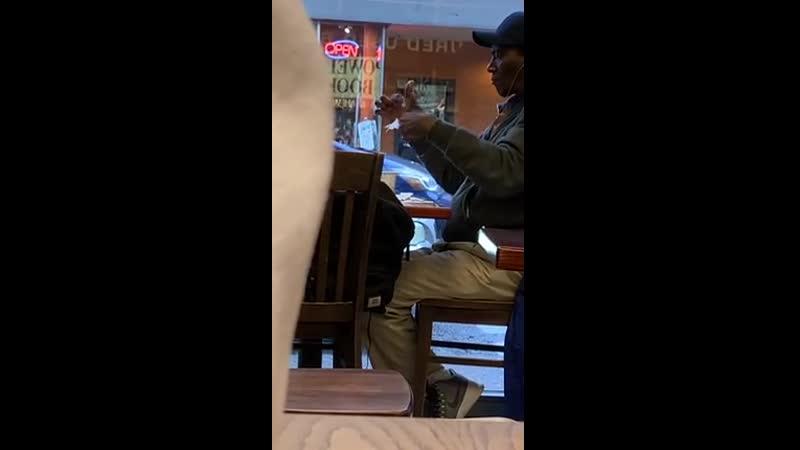 Посетители кафе в Нью Йорке стали невольными свидетелями тренировки иллюзиониста Мужчина три часа делал сложные оригами и эффек
