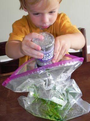 СЕНСОРНЫЙ ПАКЕТ ДЛЯ РИСОВАНИЯ Для изготовления Вам понадобятся:- zip-пакет- гель для волос (можно самый дешевый)- пищевой краситель- сухие блестки (чтобы ребенку было интереснее)1. Берем пакет,