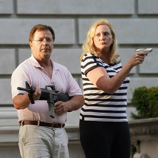 Супруги из Сент-Луиса, защищающие свой двор от протестующих...