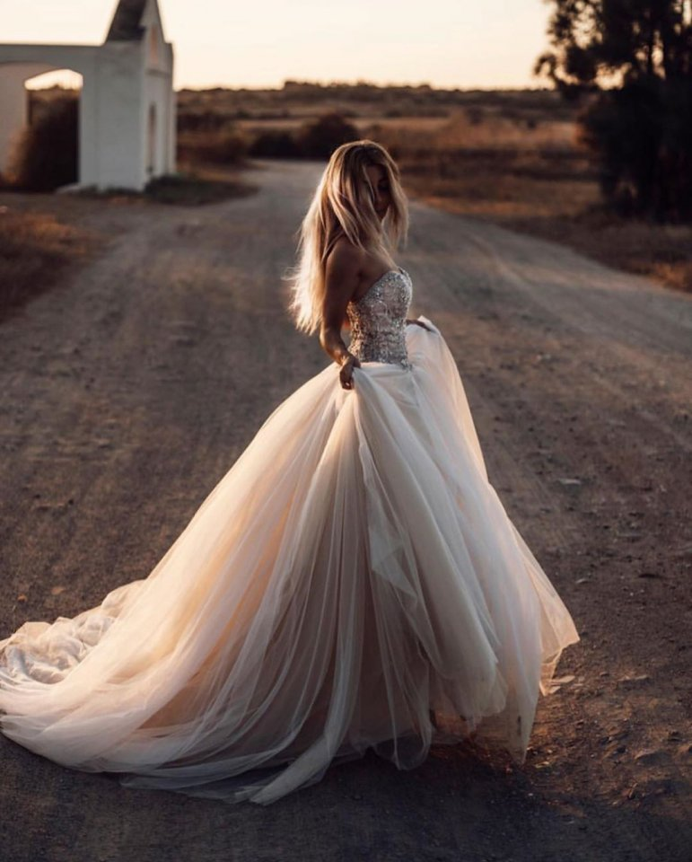 картинки на аву невеста в белом платье цыденов заметил водителя