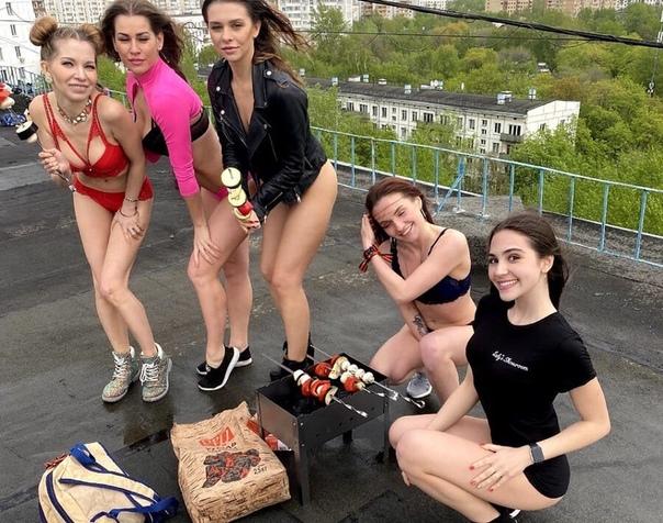 В Москве студентки в купальниках залезли на крышу, сготовили шашлык и поздравили всех с праздником Великой Победы Сейчас полиция проводит проверку по данному