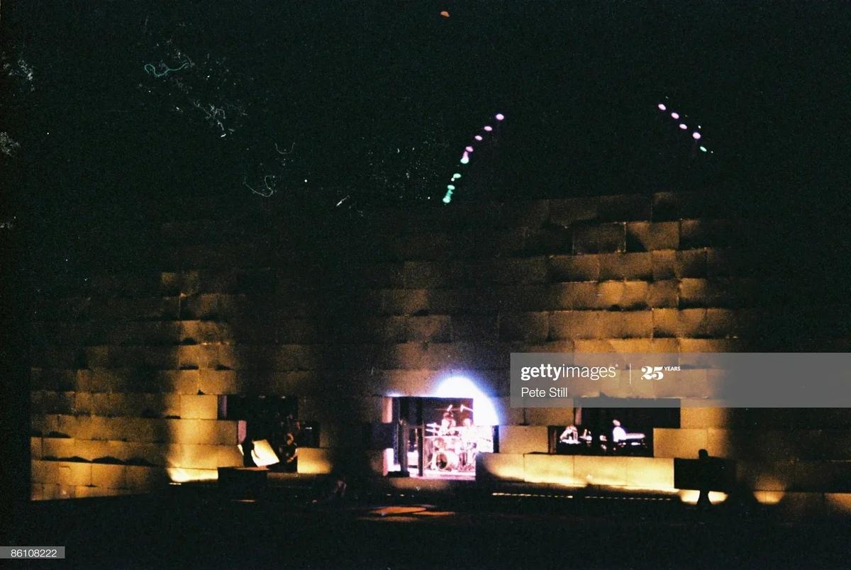 Атмосферный кадр с концертного тура The Wall