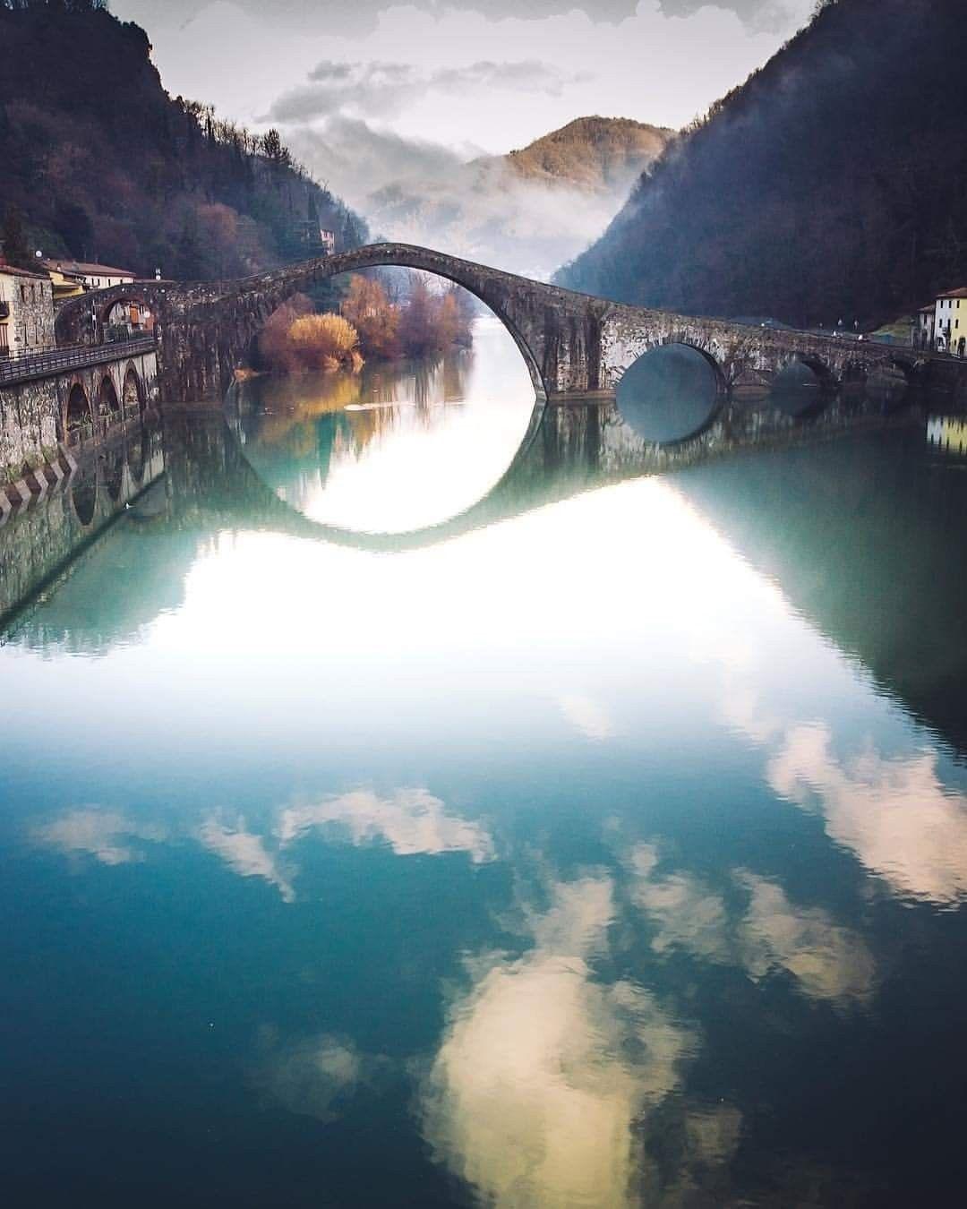 Мост Дьявола XI века в итальянской коммуне Борго-а-Моццано (Тоскана, Лукка)