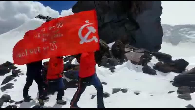Якутяне подняли флаг республики на вершине Эльбруса и провели самый высотный парад Победы