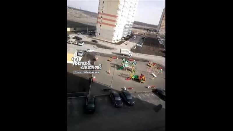 Сильный ветер ломает заборы на Платовском 4 3 2019 Ростов на Дону Главный