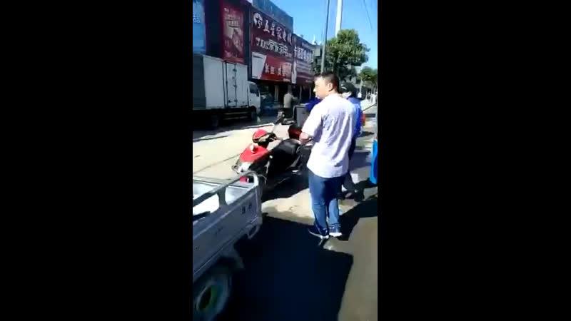 Китайские копы применяют железный аргумент в борьбе с неправильно припаркованными мотоциклами