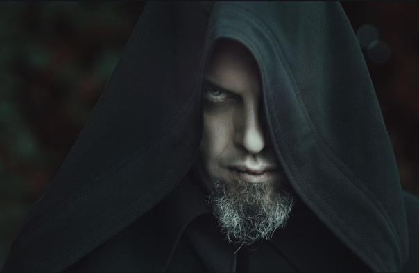 Чернокнижник и телевизор Среди коллег чернокнижник Авоськин считался настоящим адептом тёмных сил. Не чета каким-нибудь вшивым целителям, экстрасенсам или магам-недоучкам. Имел хорошую репутацию