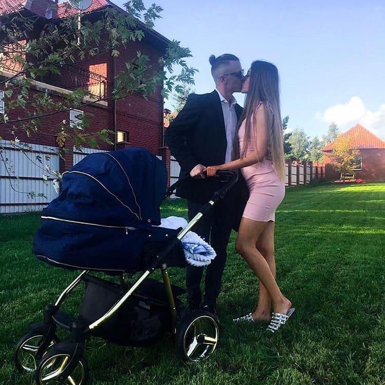 Алена Савкина с новым молодым человеком на свадьбе Купиных
