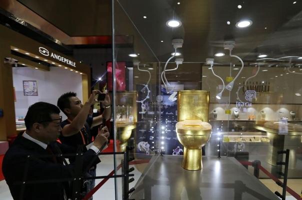 Кто осмелится гадить в золотой унитаз с 40 815 бриллиантами за $1,3 млн В то время, как тысячи иностранных фирм пытаются произвести впечатление на международной выставке импортных товаров и