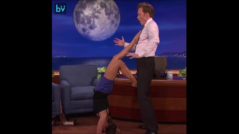 Нина Добрев на шоу просит ведущего Конана О'Брайена помочь ей показать позу Скорпиона из йоги и побыть минуточку стеной.