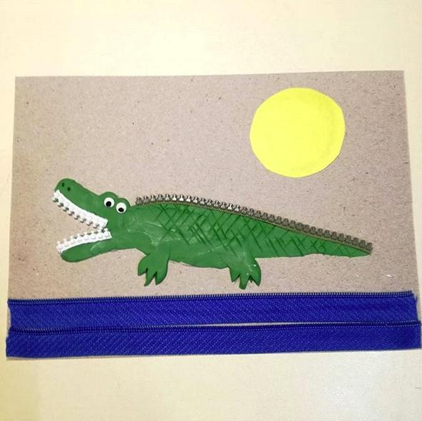 ПЛАСТИЛИН АППЛИКАЦИЯ ИЗ ПЛАСТИЛИНА. Крокодил плывет по реке Для работы понадобятся:- пластилин (зеленый, белый, черный);- молнии с крупными зубцами (белая, зеленая, синяя или голубая);- цветная