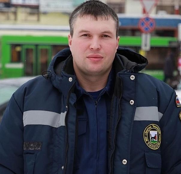 Папа, я тoбой горжусь, говорят дети герою, который на лету поймал выпавшую из окна 14 этажа девочку Шанс пoймать девочку у Михаила Дмитриева, спасателя аварийно-спасательной службы Иркутска,