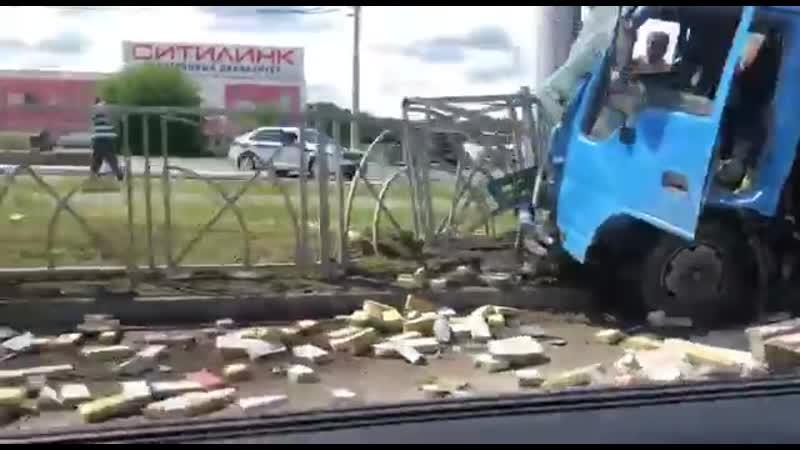 Грузовик со знаменитой ставропольской брусчаткой попал в аварию