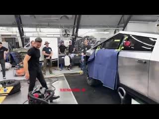 Илон Маск опубликовал видео с закрытого  альфа-тестирования броне стекла Tesla Cybertruck