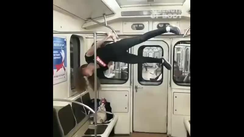 Сильная девушка показывает элементы воркаута в метро cbkmyfz ltdeirf gjrfpsdftn 'ktvtyns djhrfenf d vtnhj