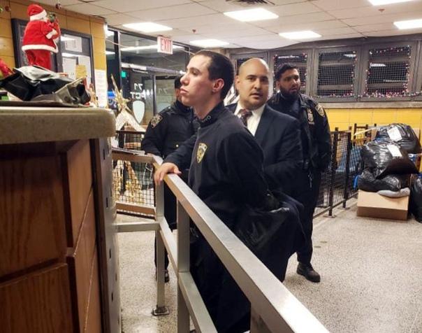 Здравствуйте, я буду тут работать. В минувший вторник 28-летний Барух Эзагуи заявился в бруклинский полицейский участок, проник в тамошнюю женскую раздевалку и утырил оттуда служебную форму