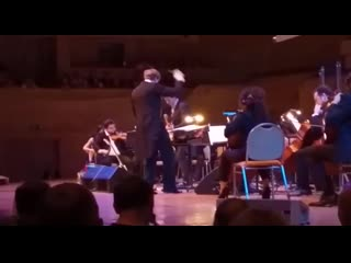Симфонический  оркестром  сыграл Metallica,  в ответ на их кавер Группы Крови.