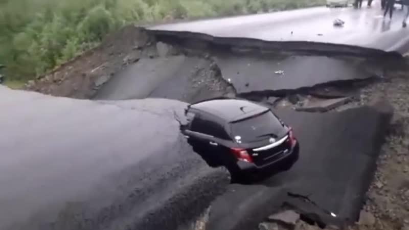 Машина провалилась в яму на федеральной трассе
