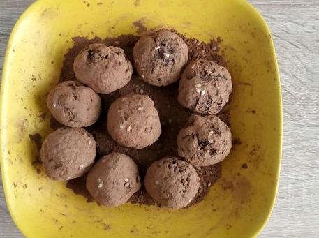 Шоколадные конфеты с курагой и орехами
