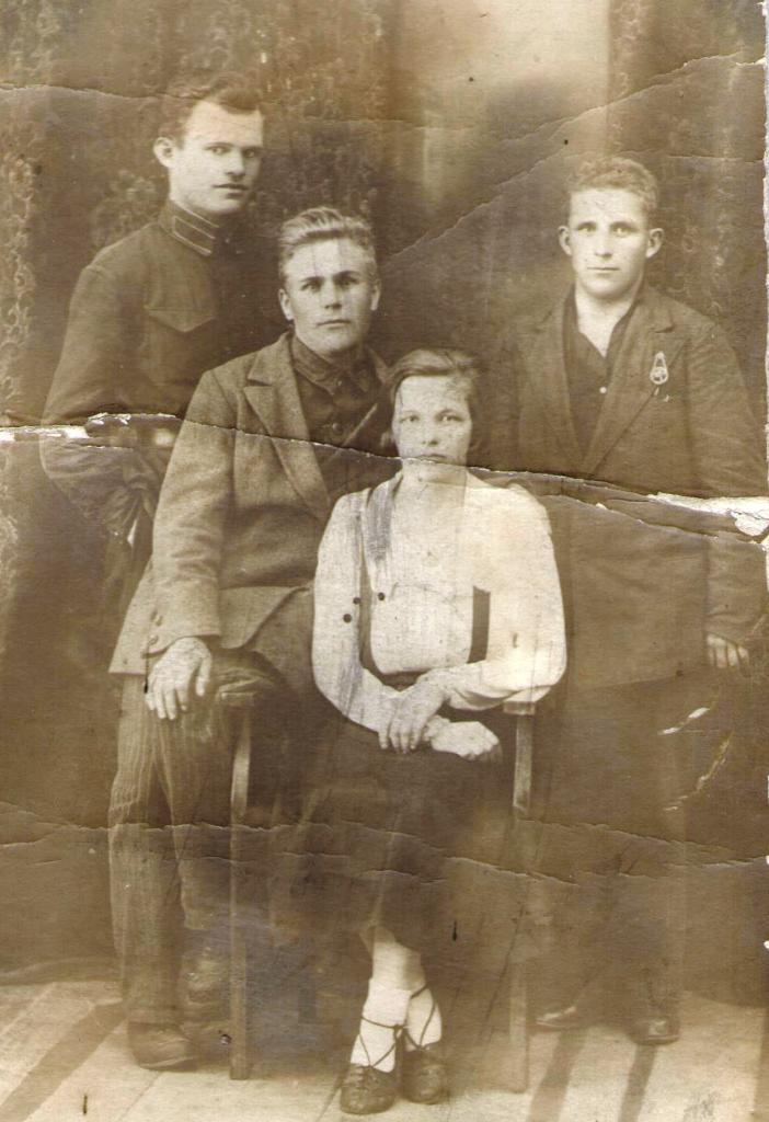 Крайний слева — И.Е. Кюршунов, на стуле сидит супруга Анастасия Павловна, в девичестве Орехова