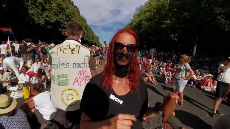 Polizei stürmt und besetzt Bühne und beendet Demonstration TagDerFreiheit Querdenken Berlin b0108