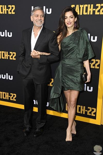 """Амаль Клуни поддержала мужа Джорджа Клуни на премьере мини-сериала """"Уловка-22"""