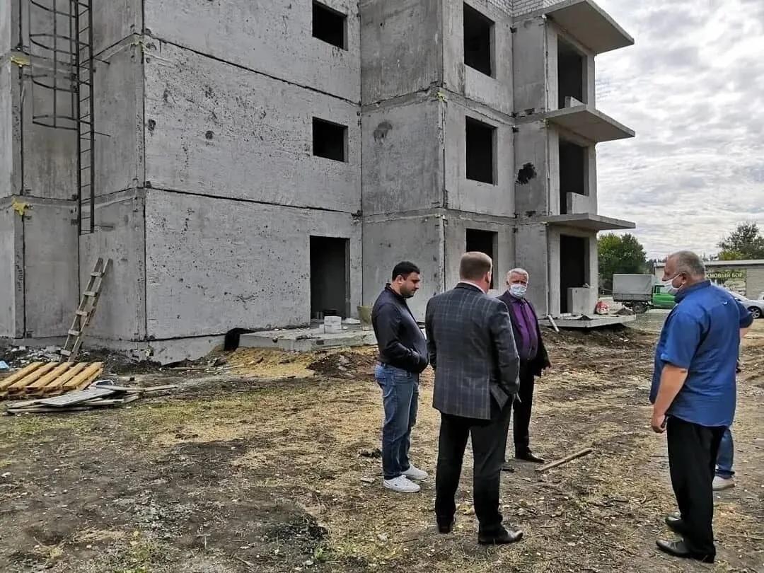 Представители администрации района проконтролировали, какими темпами в Петровске ведётся строительство трёхэтажного дома для обеспечения жильём детей-сирот