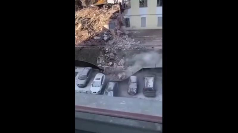 Фрагмент здания рухнул на припаркованные автомобили Москва