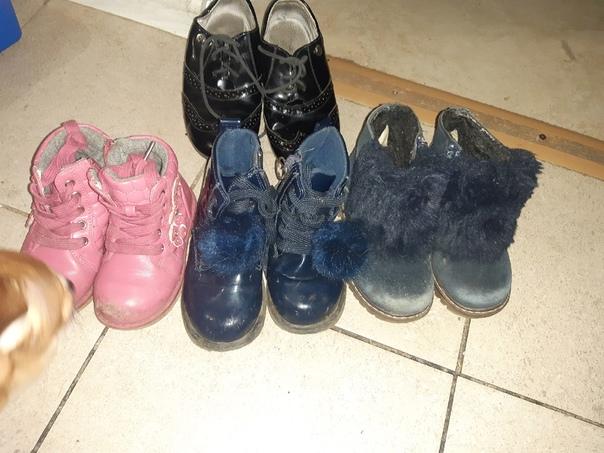 Добрый день,отдам 4 пары обуви ,сапожки слево напр...