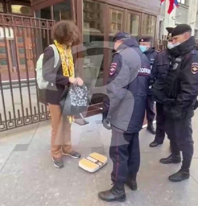 Полиция задержала активиста у здания Госдумы.