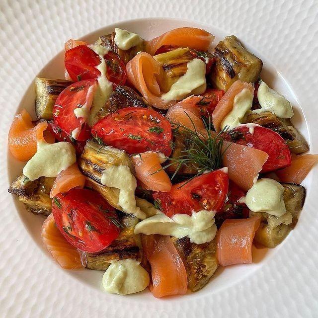 Салат с запеченными баклажанами, семгой и невероятным соусом
