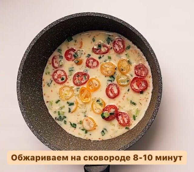 Ролл с омлетом на завтрак