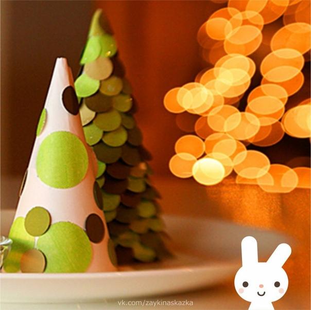 ПОДЕЛКА «ЁЛОЧКА» Очень простая новогодняя поделка, с которой справятся даже малыши. Нужно будет только чуть-чуть помочь.Потpeбуются:Ватман (для каркаса ёлки)КлейНожницыБумага зелёного цвета