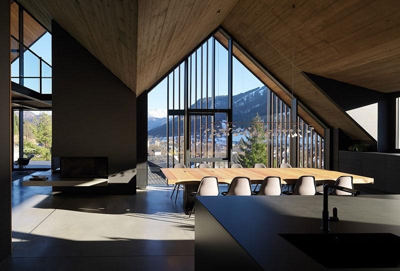 Чёрный интерьер современного шале Z House в итальянских Альпах от GEZA.