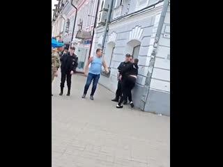 """Приключения активист с плакатом  """"Геи тоже служат в ВДВ"""". Ярославль."""