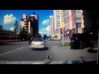 Водитель забрал ключи у пьяного водителя, который чуть не задавил женщину на пешеходном переходе(Инцидент Барнаул)